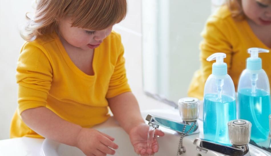 Bambina che si lava le mani