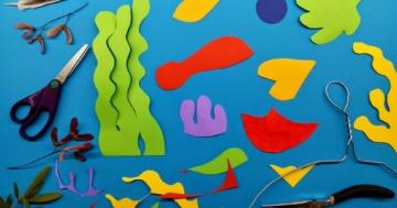 Diverse forme ottenute con fogli di carta colorata e un paio di forbici