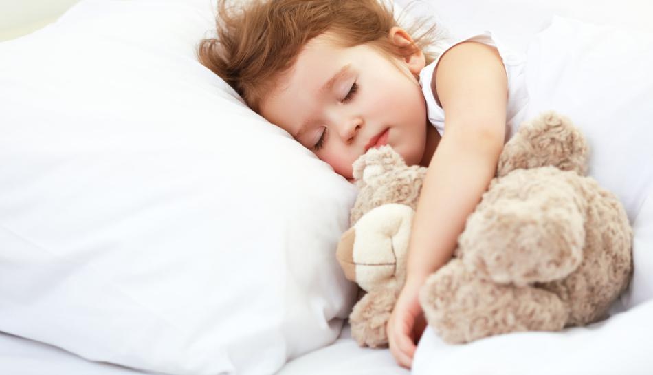 Bambina dorme nel suo letto