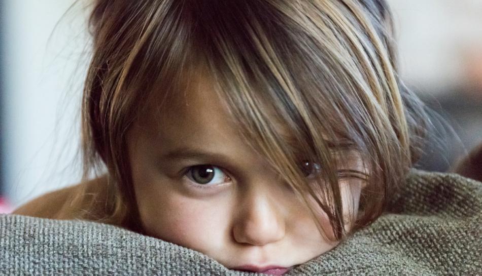 Primo piano di una bambina in ansia e un po' preoccupata