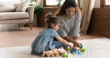 mamma e bambina che giocano insieme sul tappeto