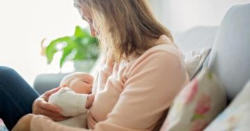 Madre allatta il proprio bambino