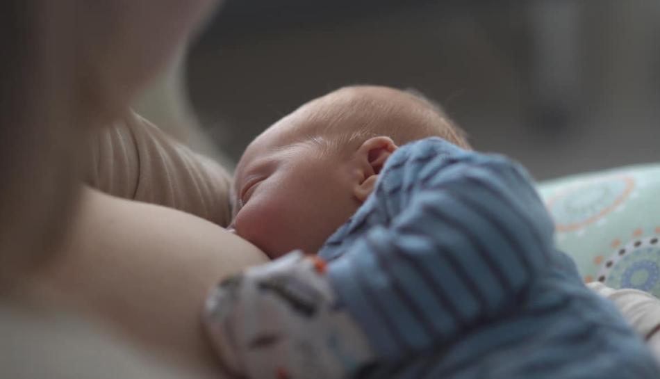 Madre e bambino durante l'allattamento