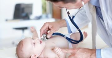 Bambino durante il bilancio di salute dal pediatra