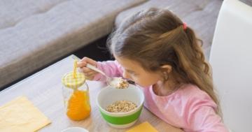Vista dall'alto di una bambina che fa colazione