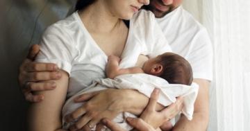 Papà abbraccia la sua compagna durante l'allattamento