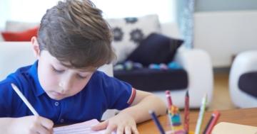 Bambino che segue le lezioni con la didattica a distanza