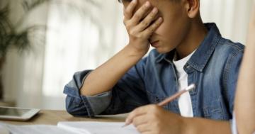 Bambino con DSA svolge compiti a casa
