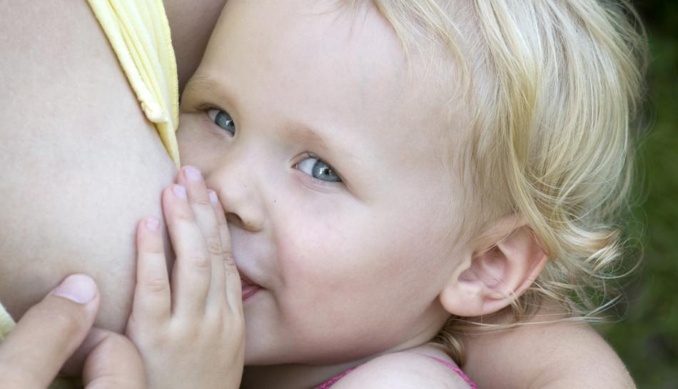 Allattamento prolungato tra mamma e bambina