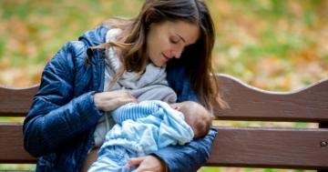 Mamma allatta il suo bambino in uno spazio pubblico