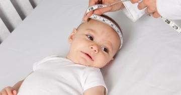 Bambino durante un bilancio di salute