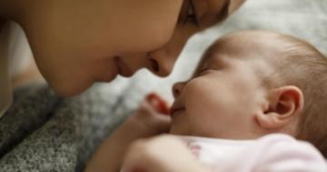 Neomamma si prende cura del proprio bambino