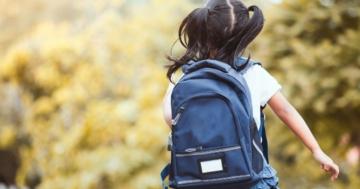 Bambina vista di schiena con lo zainetto sulle spalle