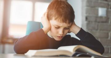 Bambino con dislessia legge un libro