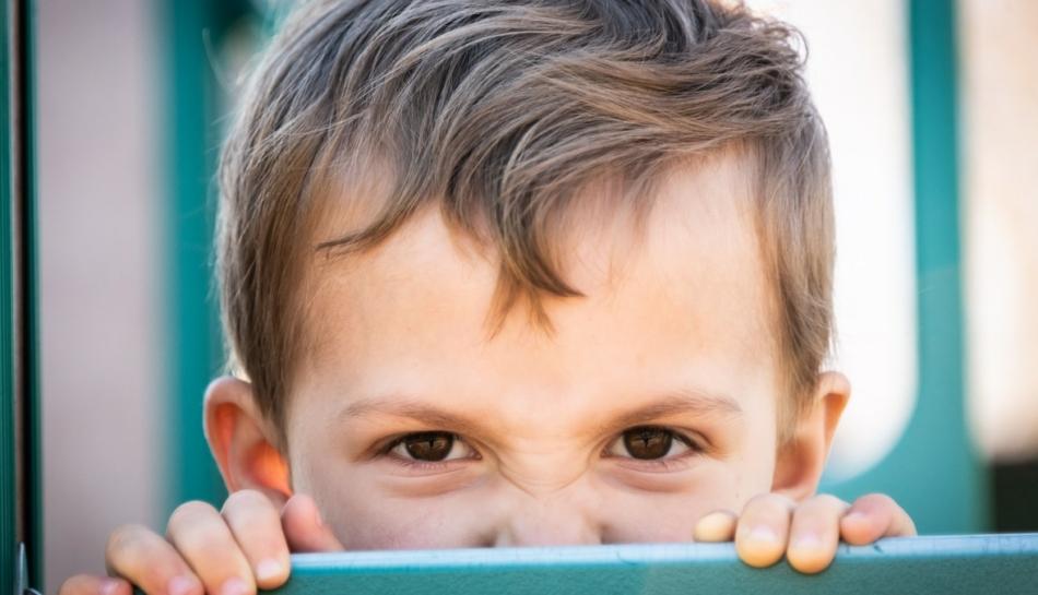 primo piano di un bambino che prova forte rabbia