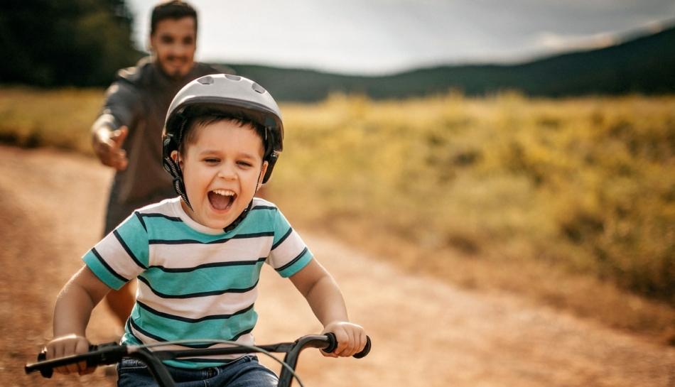 Bambino che impara ad andare in bicicletta da solo