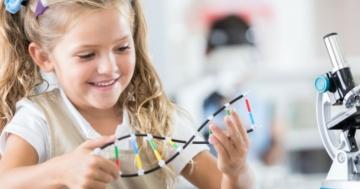 Bambina studia il modello a doppia elica del DNA