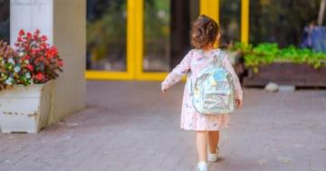 Bambina entra per la prima volta all'asilo
