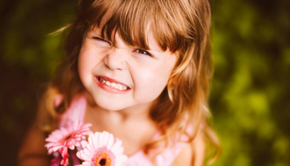 Primo piano di una bambina che fa una smorfia
