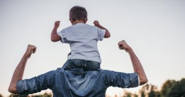 Bambino sulle spalle del padre