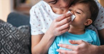 bambino ammalato di raffreddore