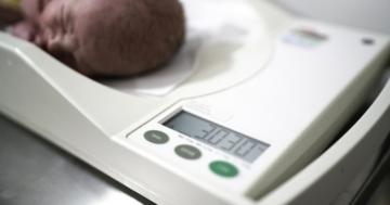 Misurazione del peso del neonato