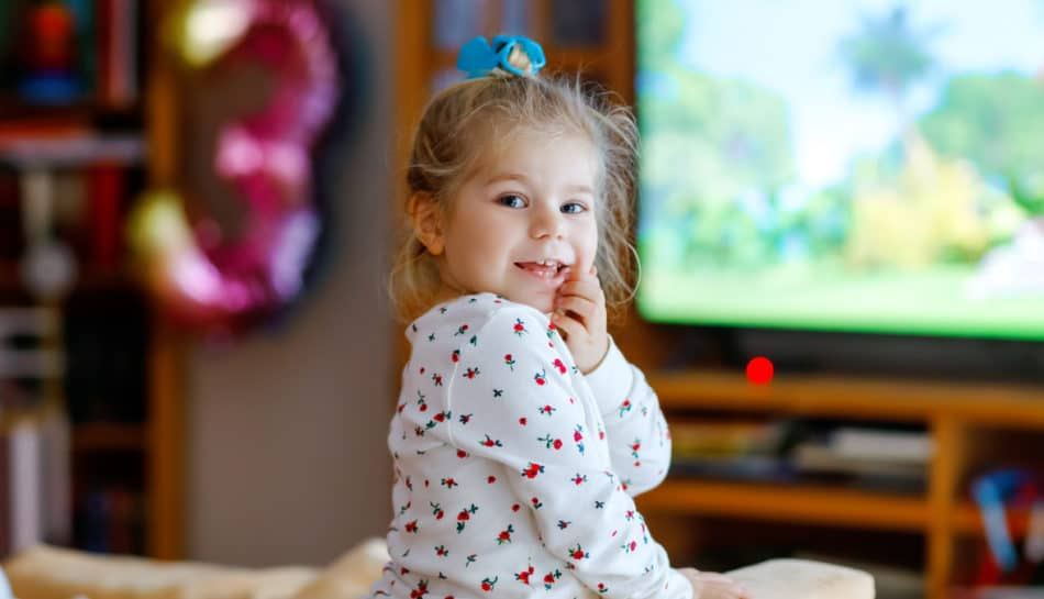 Bambina guarda i cartoni animati