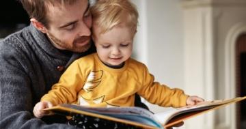 Genitore legge un libro al suo bambino
