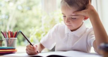 bambino disortografico fa i compiti a casa