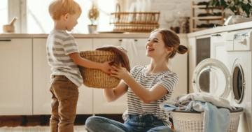 Bambino aiuta la mamma nelle faccende domestiche