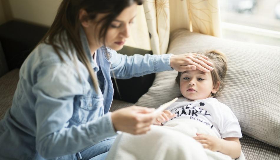 Mamma misura la febbre al suo bambino