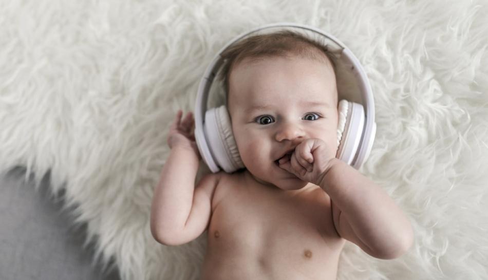 Bambino ascolta della musica in cuffia