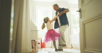 Nonno e nipote giocano assieme