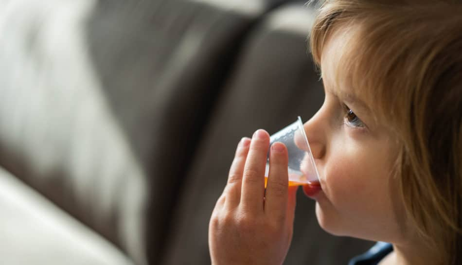 Bambino assume un farmaco
