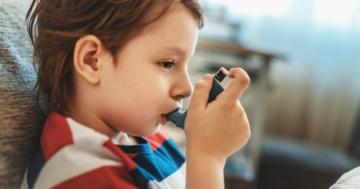 Bambino allergico e asmatico usa l'inalatore
