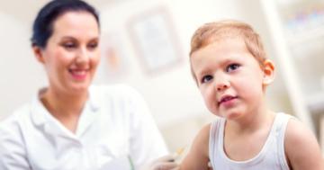 Bambino piccolo che viene vaccinato da un medico