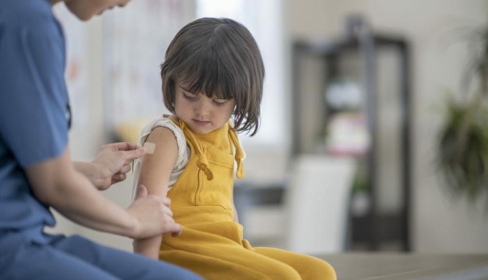 Bambina durante la vaccinazione