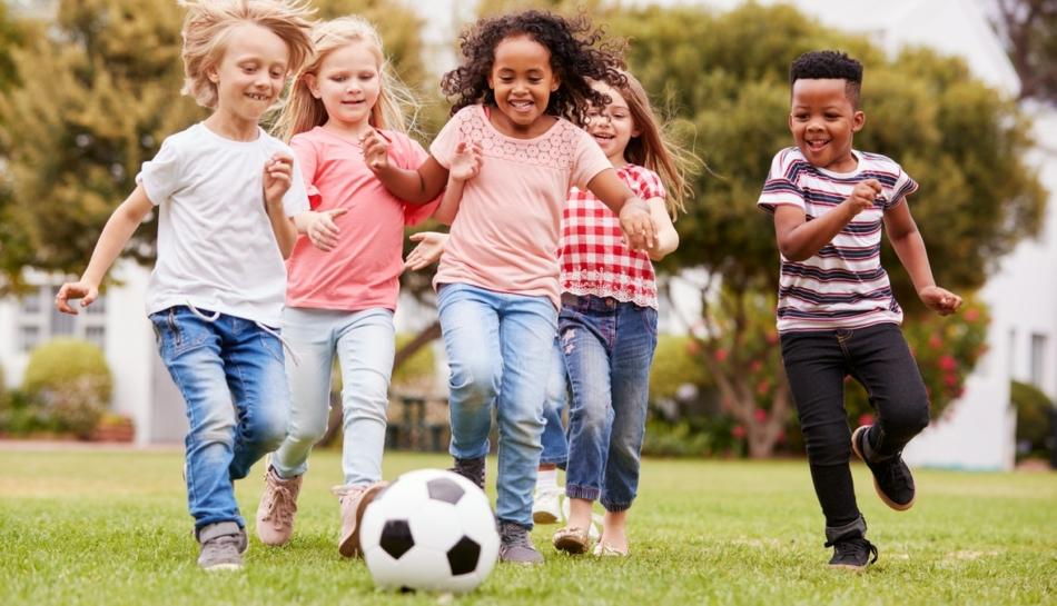 Bambine e bambini giocano a calcio