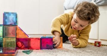 Bambino concentrato mentre gioca