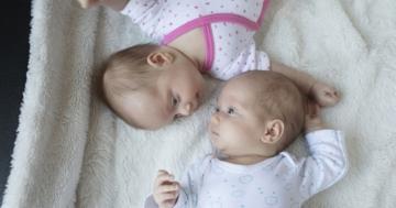 gemelli maschietto e femminuccia si guardano