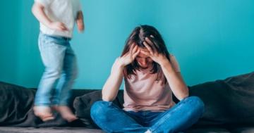 Genitore frustrato e arrabbiato per il comportamento del figlio