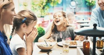 Famiglia parla a tavola durante il pasto