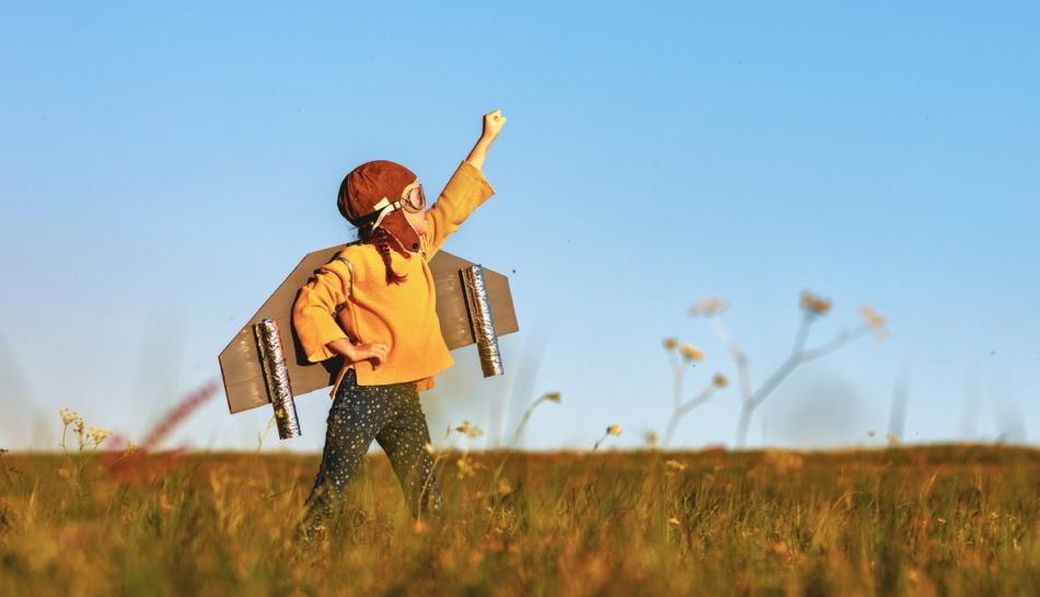 Bambino dal carattere estroverso gioca all'aperto