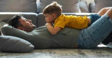 Padre e figlio sdraiati assieme