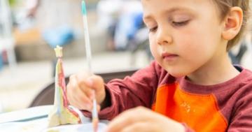 Bambino di 3 anni dipinge