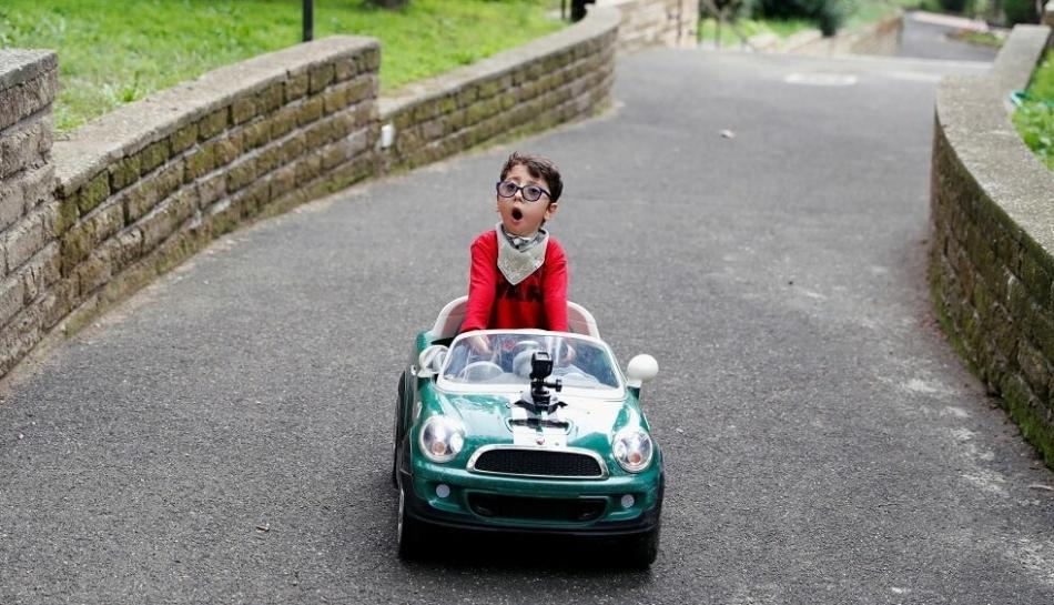 Il bambino Sirio guida una macchinina giocattolo
