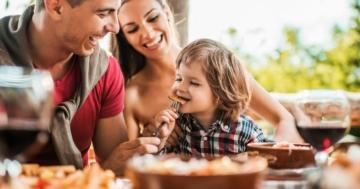 Famiglia si diverte durante un pranzo al ristorante