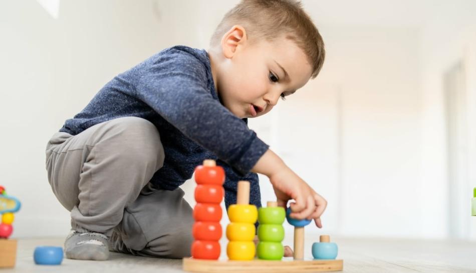 Bambino gioca con tranquillità, senza fretta