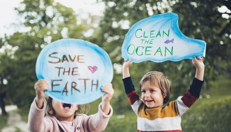 Bambini con cartelli che manifestano contro il cambiamento climatico