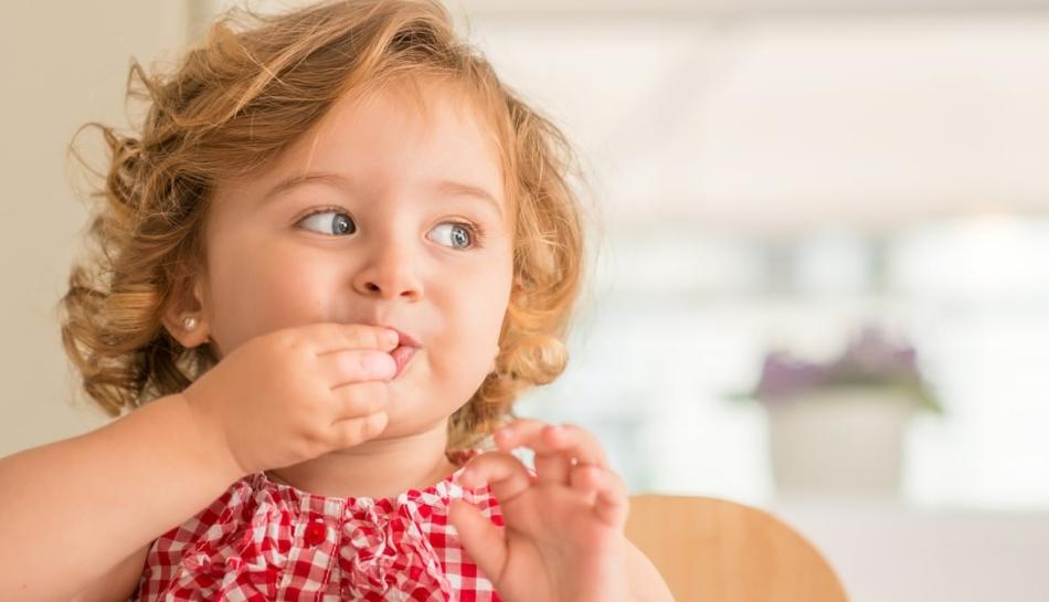 Bambina riceve caramelle come premio